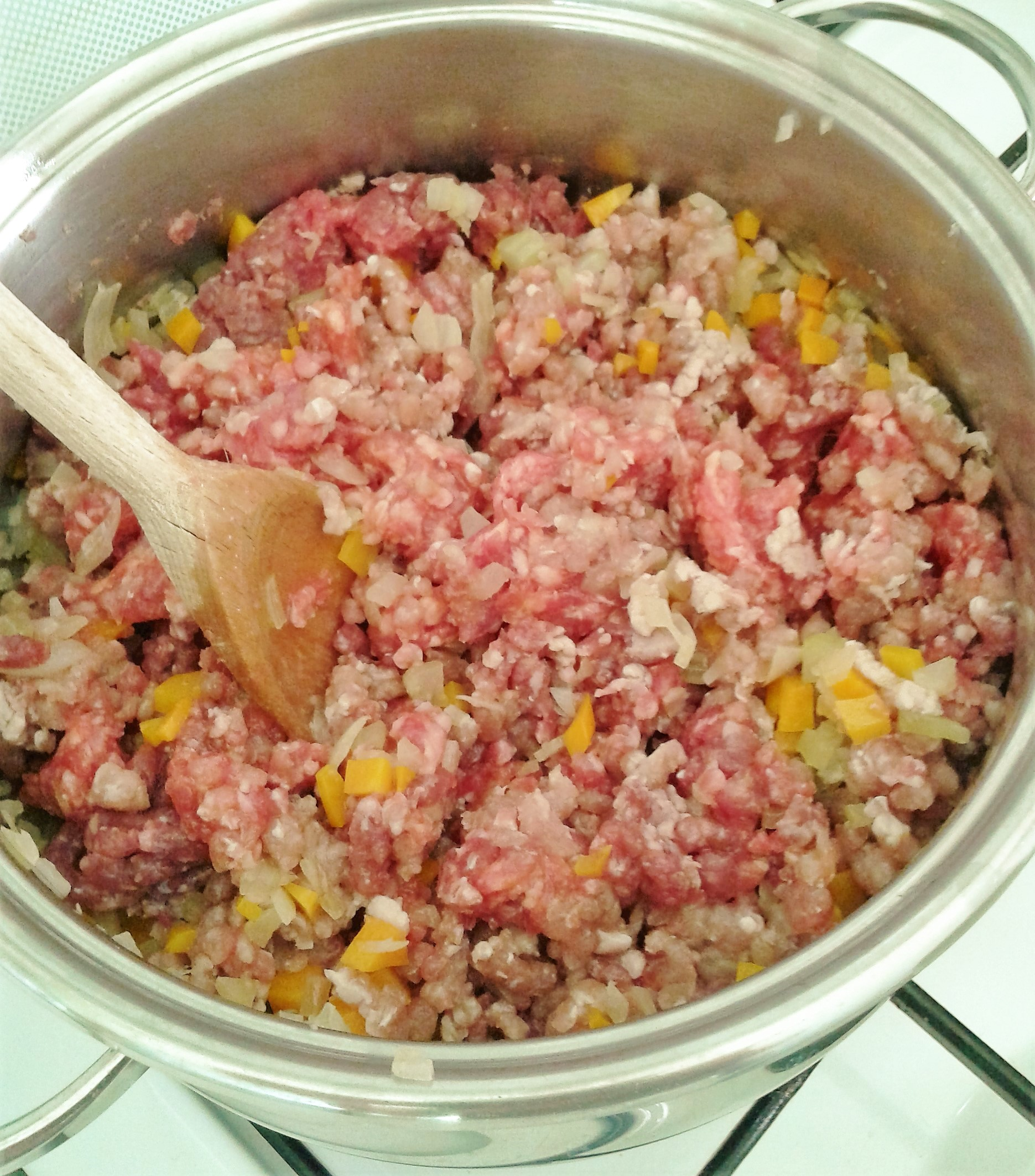 trito di carne e pancetta a inizio cottura